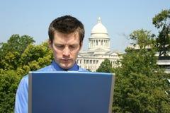 Homme sur l'ordinateur au capitol Photo stock