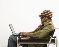 Homme sur l'ordinateur portatif. Image stock