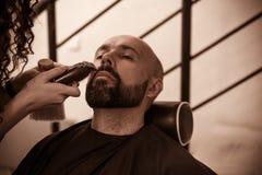 Homme sur la barbe professionnelle de décoration dans le raseur-coiffeur photo stock
