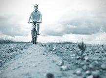 Homme sur la bicyclette Photographie stock