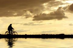 Homme sur la bicyclette images libres de droits