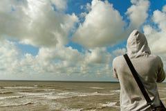 Homme sur la côte. photographie stock libre de droits