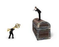 Homme sur la clé de transport de symbole dollar des employés de commande de coffre au trésor Photographie stock