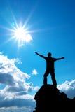 Homme sur la crête de la montagne photos stock