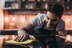 Homme sur la cuisine image stock