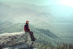 Homme sur la falaise Image stock