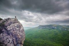 Homme sur la falaise photo stock