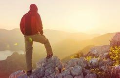 Homme sur la falaise photos libres de droits