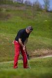 Homme sur la mise de terrain de golf Image libre de droits