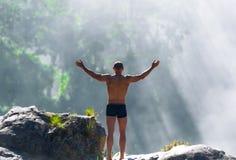 Homme sur la montagne au Vietnam Lever de soleil Scène émotive image stock