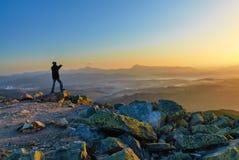 Homme sur la montagne le soir Images stock