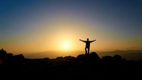 Homme sur la montagne le soir Images libres de droits