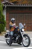 Homme sur la moto prête à partir images stock
