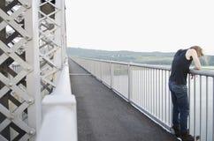 Homme sur la passerelle contemplant le suicide Photo libre de droits