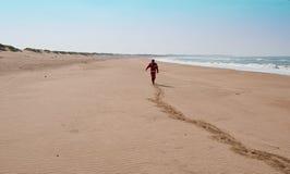 Homme sur la plage abandonnée Photo stock