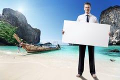 Homme sur la plage de la Thaïlande Images stock