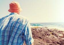 Homme sur la plage photo stock