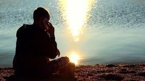 Homme sur la plage parlant au téléphone portable clips vidéos