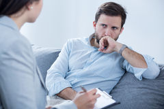 Homme sur la psychothérapie images stock