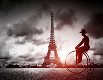 Homme sur la rétro bicyclette à côté de la tour d'Effel, Paris, France Photos stock