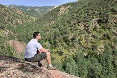 Homme sur la roche Image libre de droits