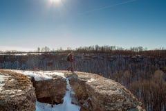 Homme sur la roche en hiver Images libres de droits