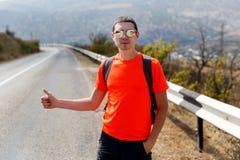 Homme sur la route, main augmentée images stock