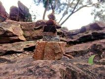 Homme sur la structure de roche images stock