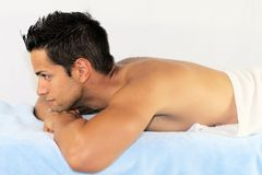 Homme sur la table de massage Photographie stock