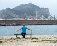 Homme sur le banc Photos libres de droits