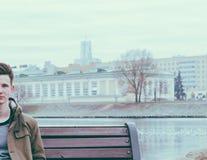 Homme sur le banc Photo libre de droits
