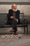Homme sur le banc de rue   Image libre de droits
