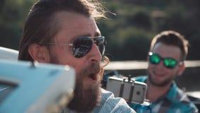 Homme sur le bateau avec des amis Photographie stock libre de droits