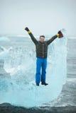 Homme sur le bloc de glace en Islande Image libre de droits