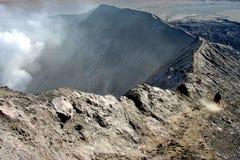 Homme sur le bord du volcan Photographie stock