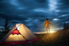 Homme sur le camping au lever de soleil Photographie stock