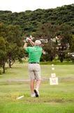 Homme sur le champ d'exercice de golf Photographie stock libre de droits