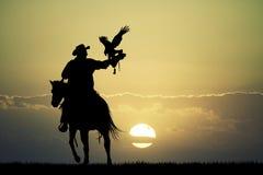 Homme sur le cheval avec le faucon Images libres de droits