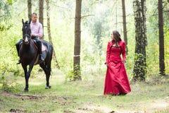 Homme sur le cheval et la fille Photographie stock libre de droits