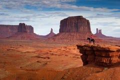 Homme sur le cheval, vallée de monument Image libre de droits
