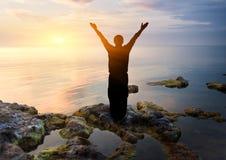 Homme sur le coucher du soleil Photographie stock libre de droits