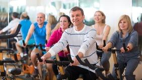 homme sur le cycle de forme physique dans le centre de fitness Photo libre de droits