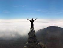 Homme sur le dessus d'une roche images libres de droits
