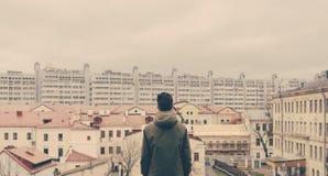 Homme sur le dessus de toit Photographie stock