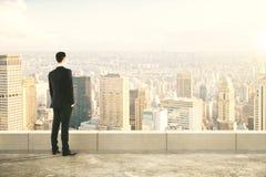 Homme sur le dessus du builng et de regarder la ville Photos libres de droits