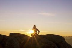 Homme sur le dessus observant le coucher du soleil - 2 Photographie stock
