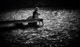 Homme sur le dock avec le crabot Images libres de droits