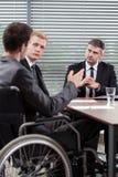 Homme sur le fauteuil roulant Image stock