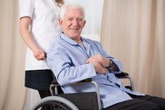 Homme sur le fauteuil roulant Photo libre de droits