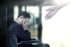 Homme sur le fauteuil roulant avec des coups de main Image libre de droits
